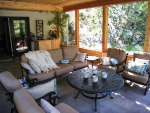 Columbus_screened_porch_cedar_wrapped_rustic_feel