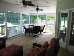Columbus screen porch with classic wicker furnishings